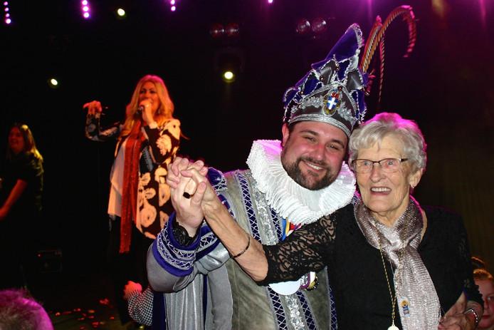 Prins Balg I aan de zwier met een van de deelnemers aan het seniorencarnaval