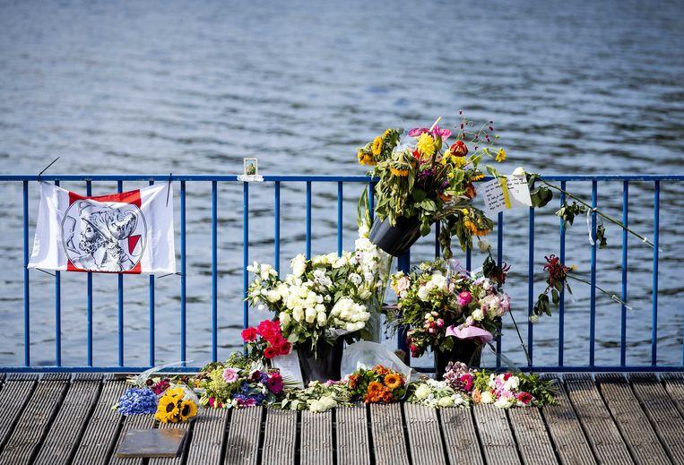 Bloemen op de plek waar Bas van Wijk werd doodgeschoten.  Beeld ANP