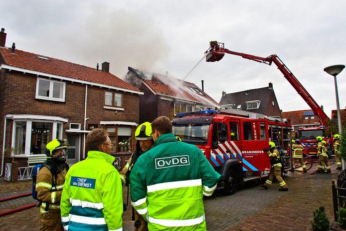 De brandweer kon niet naar binnen, dus moest van buiten blussen.