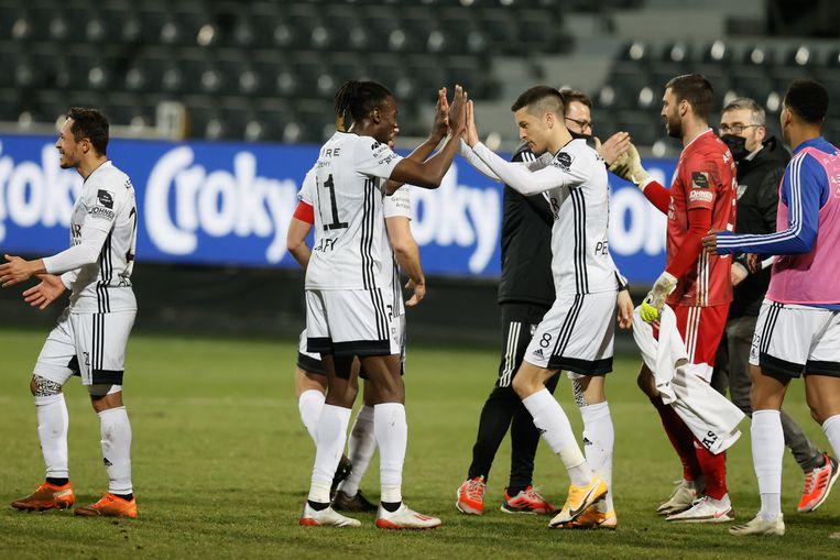 De spelers van Eupen vieren hun overwinning. Beeld BELGA