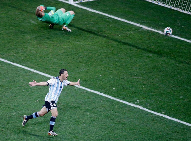 De winnende penalty van de Argentijn Maxi Rodriguez in de halve finale van het WK 2014 tegen Nederland. Beeld EPA