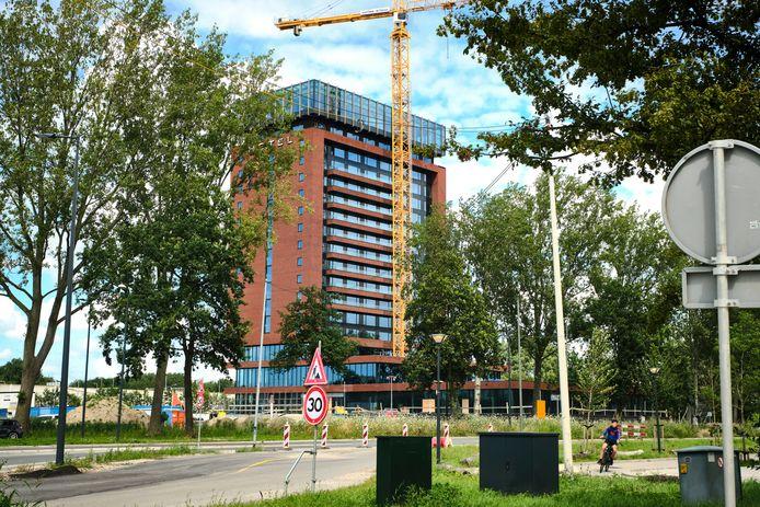 Het in aanbouw zijnde Van der Valk Hotel in Schiedam lijkt aan de buitenkant zo goed als gereed, maar is dat nog niet.