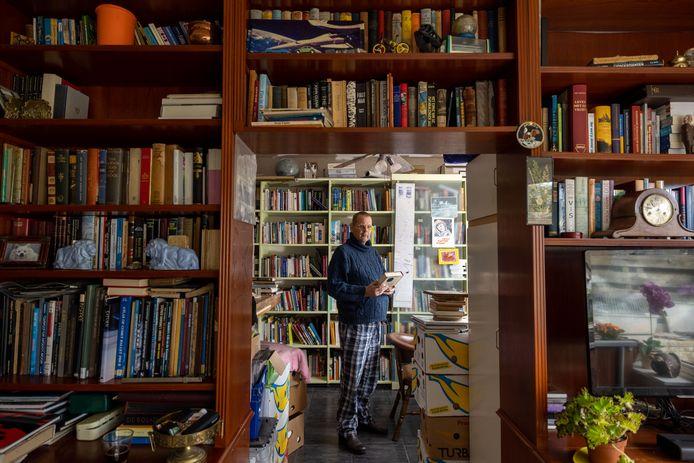Martin Dunnink (62) uit Emmeloord met een deel van zijn boekenverzameling.
