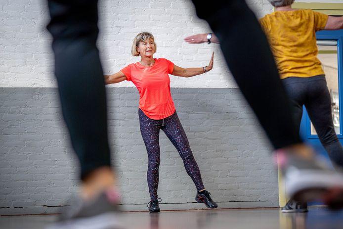 Elly van Alphen geeft al 25 jaar gymles aan dezelfde groep senioren in De Lèghe Polder. Over drie jaar zit ze 50 jaar in het vak.