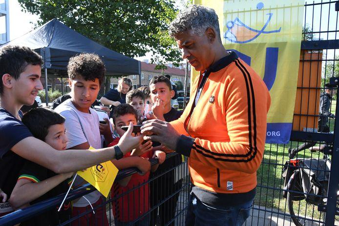 De Bossche jeugd op jacht naar een handtekening van Frank Rijkaard