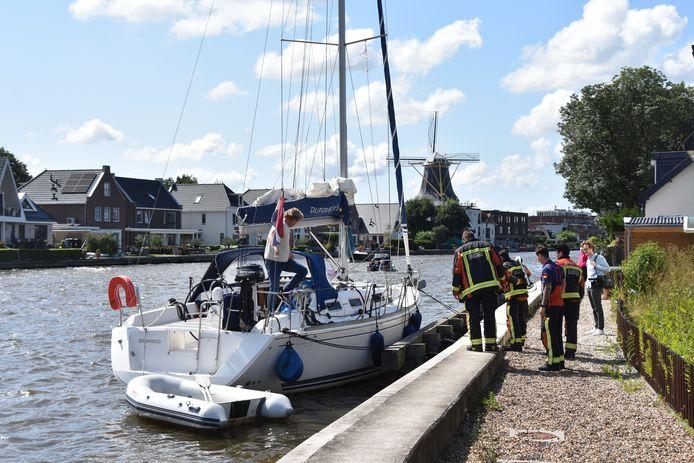 Watersporter aan de kant geholpen op de Rijn in Alphen