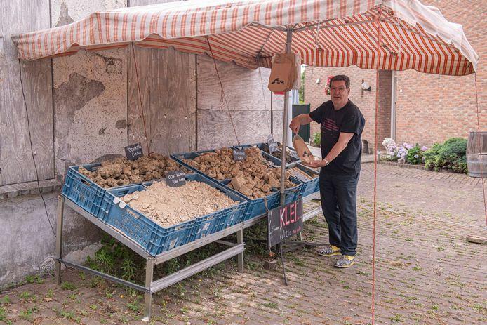 Aardenburg, 12-07-2019. Kunstenfestival Aardenburg. Gids Ad van Rijswijk bij een kunstwerk van Kasper de Vos. FOTO: © Boaz Timmermans