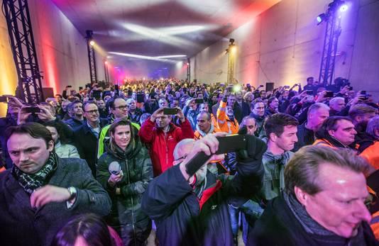 Samen met onder andere Sjaak Bral en wethouder Boudewijn Revis wordt met veel licht, lasershow en rook gevierd dat de laatste meters van de Rotterdamse Baan tunnel zijn geboord.