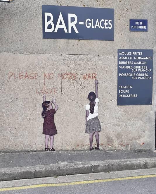 Vredesboodschap op een muur in Arromanches in Frankrijk bij Gold Beach (D-Day).