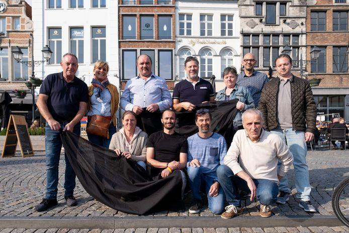 De horeca-uitbaters van de Grote Markt hangen zwarte vlaggen uit als protest tegen de verhuis van de festiviteiten op de Vlaamse en Nationale Feestdag.