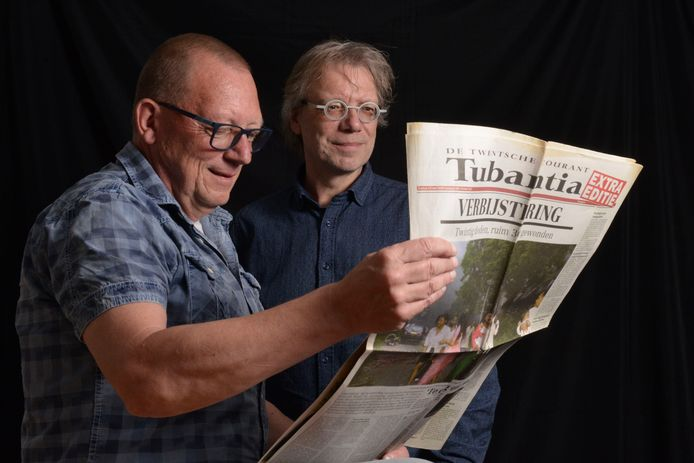 Lucien Baard (r) en Ger Dijkstra met de extra editie van De Twentsche Courant Tubantia na de vuurwerkramp in Enschede, op 13 mei 2000.