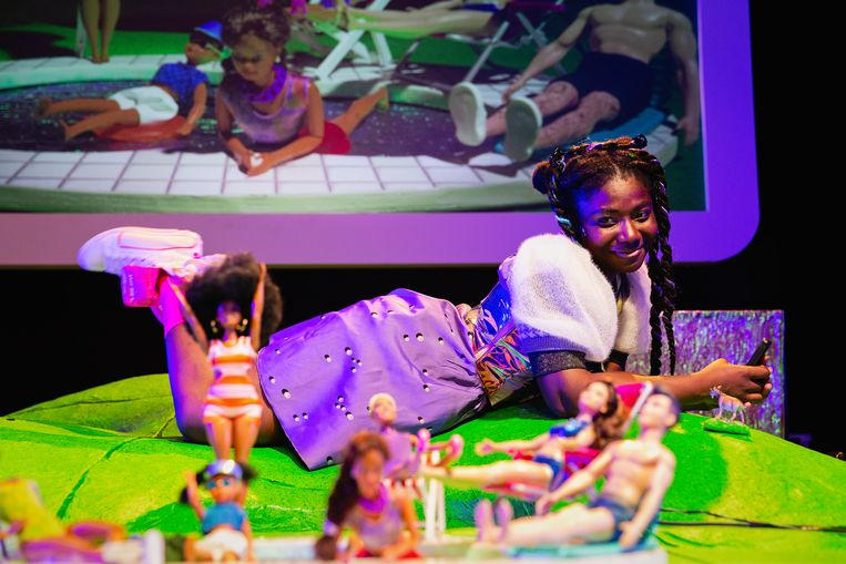 Kimberly Agyarko als #gewoonheidi in Heidi Pippi Sissi Ronnie Barbie van NTjong Beeld Bowie Verschuuren