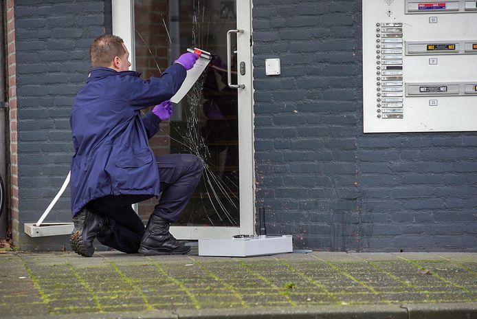 Sporenonderzoek bij het flatgebouw aan de Generaal Reyndersweg in Eindhoven waar een vechtpartij tussen twee mannen fataal afliep.