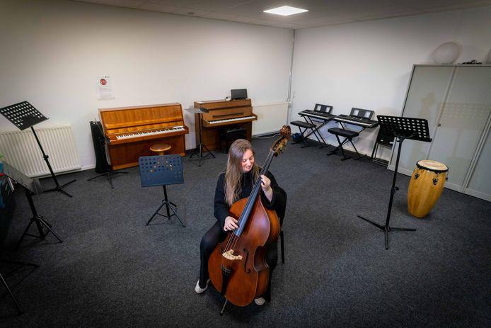 Dide Hesseling laat zien hoeveel ruimte er voor één leerling beschikbaar is in de Muziekschool All Music in Elst. Foto: Erik van 't Hullenaar.