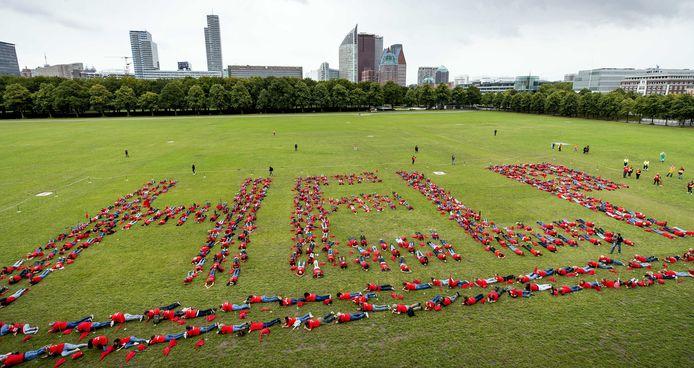 2020-08-25 15:30:20 DEN HAAG - Demonstranten vormen een boodschap tijdens een protestactie op het Malieveld. Met de actie wil de organisatie Eventplatform aandacht vragen voor problemen in de evenementenbranche, ontstaan door het coronavirus. ANP SEM VAN DER WAL