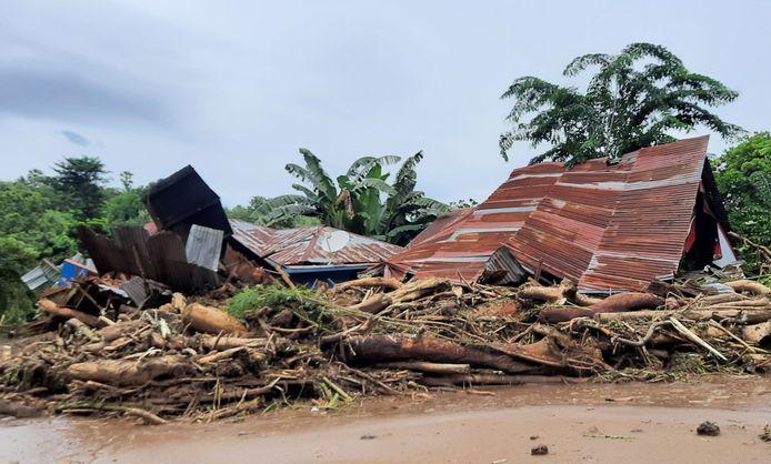 Beschadigde huizen in het dorp Waiwerang.