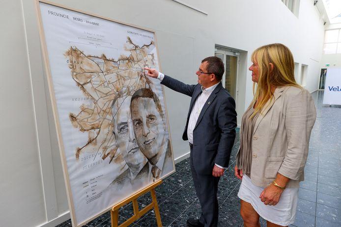 Onthulling van het schilderij van de huidige burgemeester en die van 100 jaar geleden. Het schilderij word in ontvangst genomen door Hans van de Looy uit handen van kunstenaar Hanneke Hielkema.