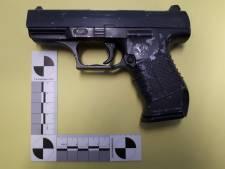 Vijf jongens opgepakt: 14-jarige moest onder dreiging van wapen kleren uittrekken en mobiel afstaan
