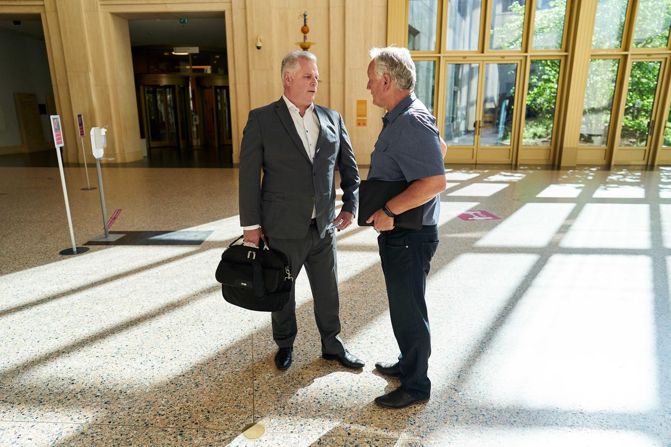 Voorzitters van de politievakbonden Gerrit van de Kamp (ACP) en Jan Struijs (NPB) op het ministerie van Justitie en Veiligheid.