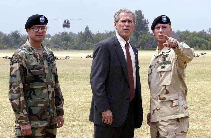 Archiefbeeld (2002): De toenmalige president van de Verenigde Staten, George W. Bush, woont een militaire oefening bij