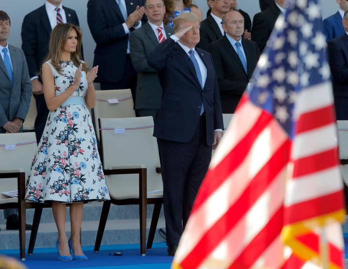 President Trump salueert tijdens de parade in Parijs.