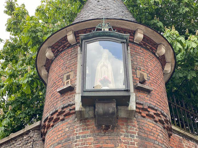 Onze-Lieve-Vrouw van Fatima, zo goed als nieuw in haar opgesmukte kapel.