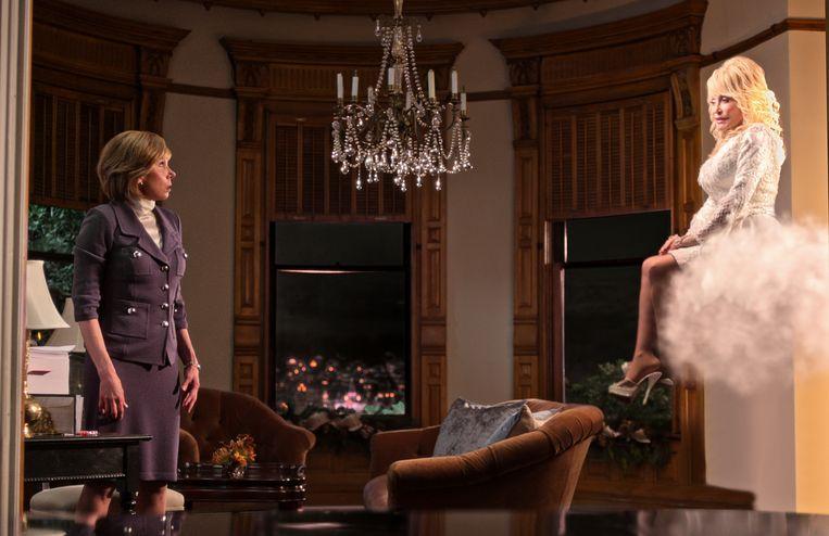 In de kerstfilm op Netflix, Christmas on the Square, verschijnt Dolly Parton als Engel Beeld AP
