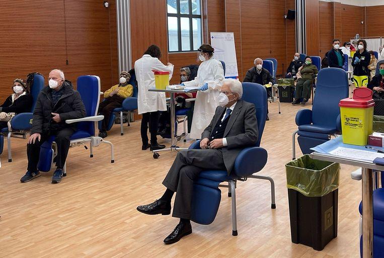 De Italiaanse president Sergio Mattarella (midden) wacht in het Spallanzani-ziekenhuis op zijn vaccinatie.  Beeld EPA