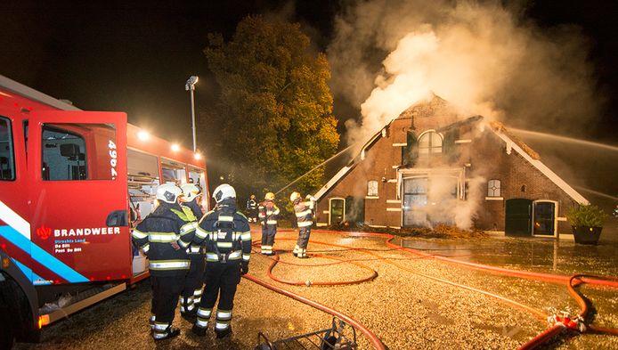 Bij de brand in het rieten dak van de boerderij kwam erg veel rook vrij.