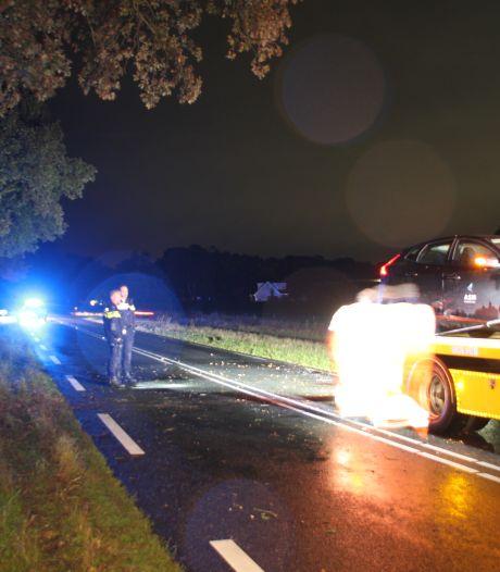 Auto knalt frontaal op boom tussen Raalte en Heeten: bestuurder naar ziekenhuis