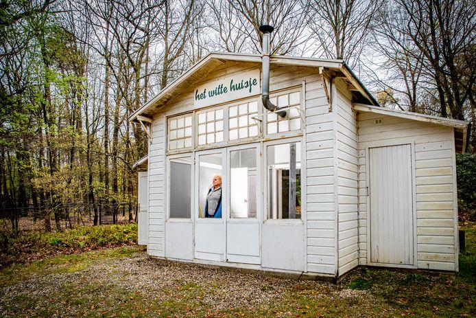 """Joke Erné in een van de Witte Huisjes in Beekbergen. ,,Heerlijk die rust hier. Het is een onderdeel van mijn leven."""""""