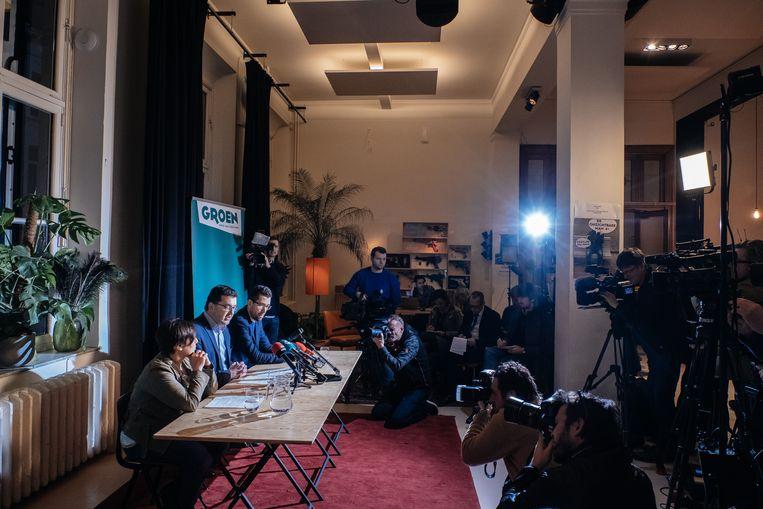 Beeld van de persconferentie van Groen Antwerpen waar nationaal voorzitter Meyrem Almaci en Antwerps kopman Wouter Van Besien het einde van Samen aankondigen. Beeld Wouter Van Vooren