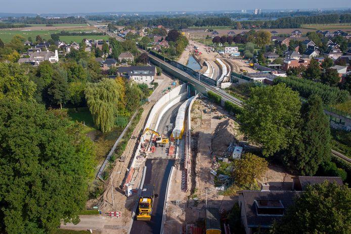 In Elst is begonnen met het asfalteren van de zuidelijke toegang van de nieuwe spoortunnel. Die gaat naar verwachting eind oktober open voor het verkeer.