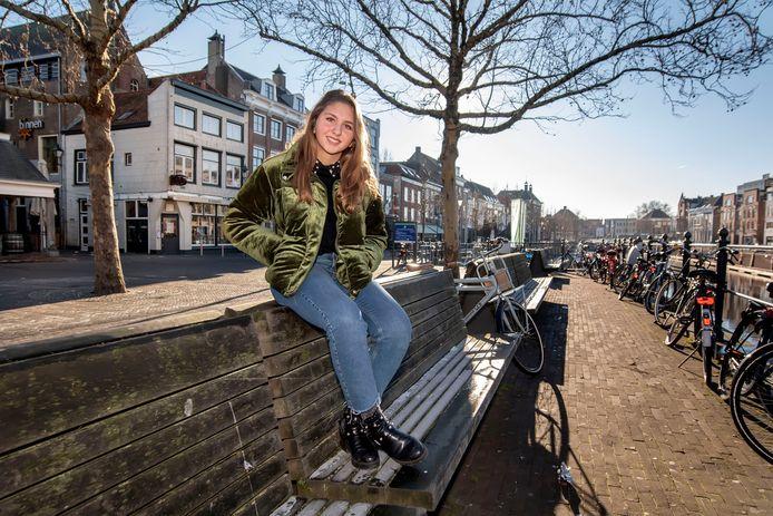 Amber Brouwers op haar favoriet plek in Breda: de haven.