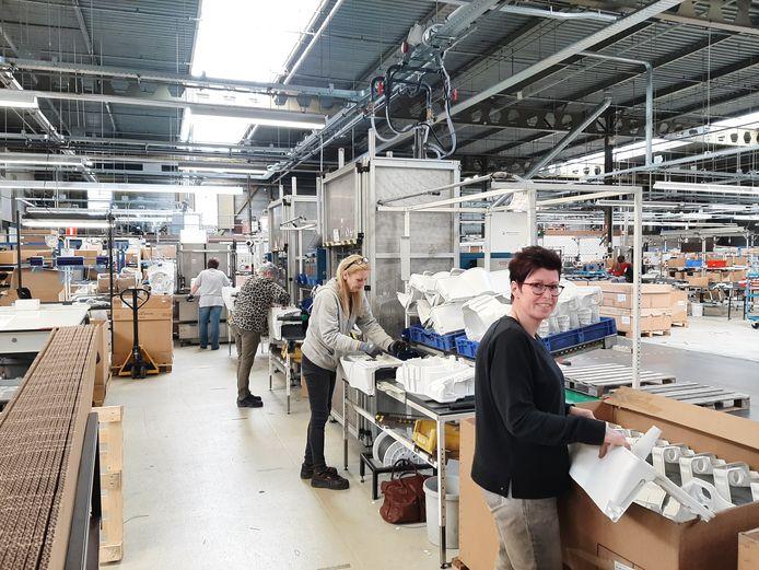 Productiehal Thetford, waarin onder meer toiletten voor caravans en campers worden gemaakt. Het bedrijf kan nog steeds extra medewerkers gebruiken.