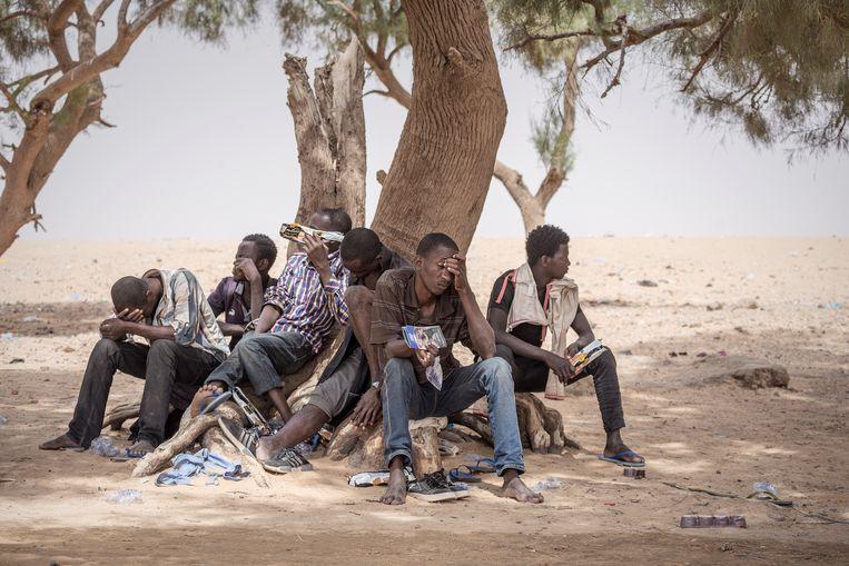 Oktober 2017. Een groep migranten is door mensensmokkelaars achtergelaten in de woestijn. Ze werden overvallen en beroofd door bandieten.   Beeld Sven Torfinn