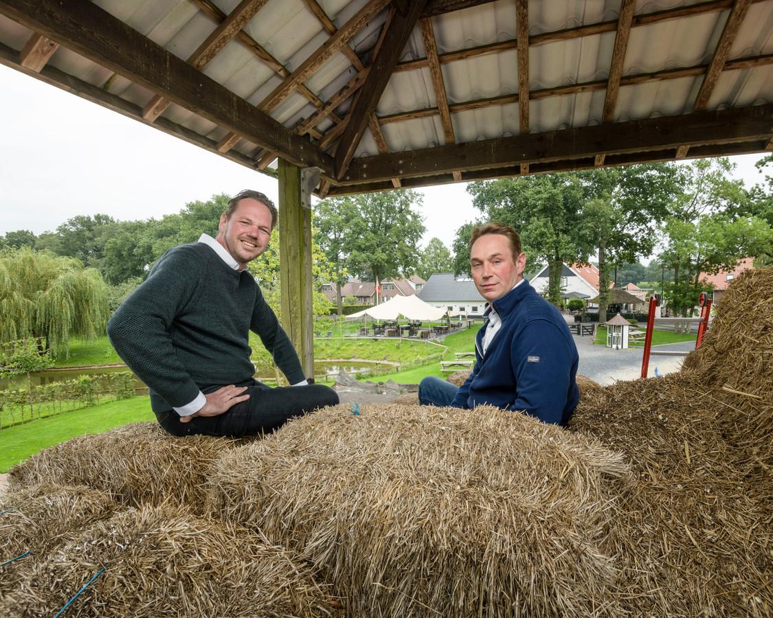 De broers Rien (links) en Bart Mol in de hooiberg op het Landgoed Het Rheins.