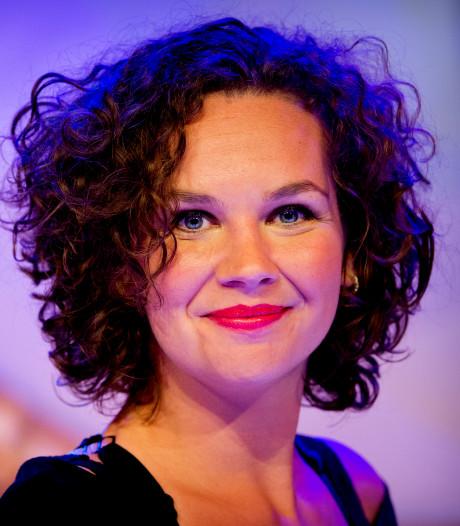 Sara Kroos gooit de luiken open: zelfspot, puntgave liedjes en een kartelrandje