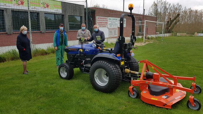 Voetbalvereniging Eendracht Henis krijgt een nieuwe grasmaaier van de Stad Tongeren.