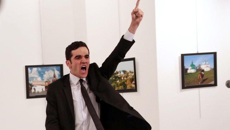 Nadat de schutter de Russische ambassadeur Andreï Karlov had neergeschoten, zette AP-fotograaf Burhan Özbilici toch een stap dichterbij om de foto te maken Beeld AP Photo/Burhan Ozbilici