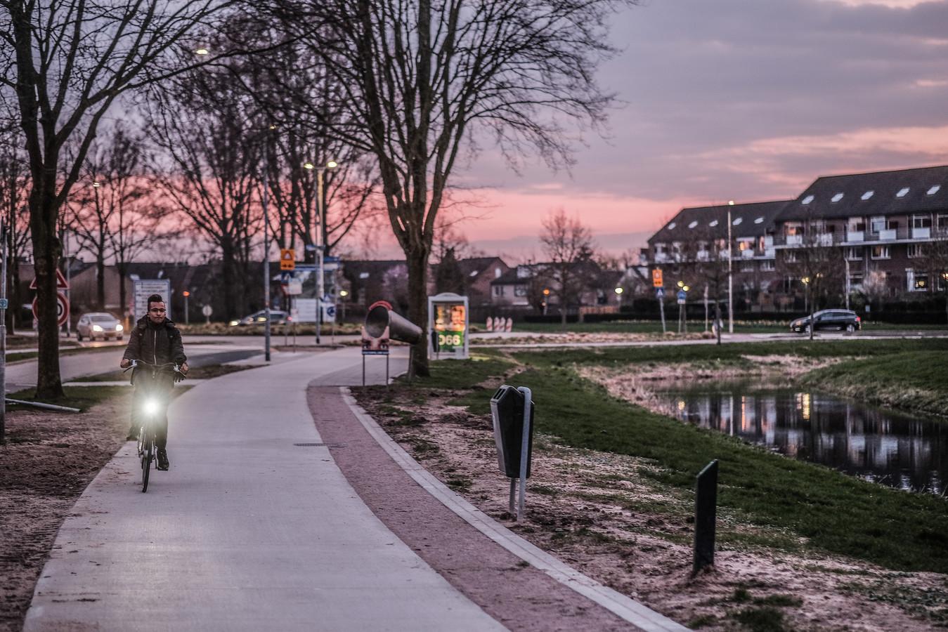 Het wandelpad langs de Rivierweg is wel heel erg smal gemaakt voor wandelaars en rolstoelers.