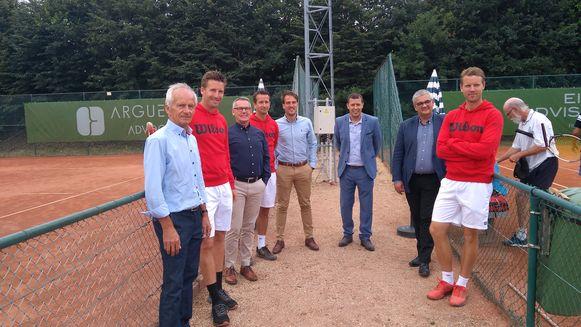 Vertegenwoordigers van Tenkie en Wilson Tennis Academy met burgemeester Vandeput en schepen El Ouakili bij de terreinen van de tennisclub in Hasselt.