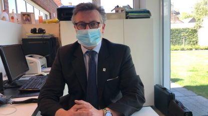 """Schepen Filip Vervaeke geeft in videoboodschap tips om mondmaskers correct te gebruiken: """"Raak het masker niet aan, eenmaal je het draagt"""""""