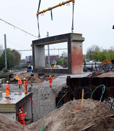 Tunnel bij Gorcums station onder zware omstandigheden op z'n plek gehesen