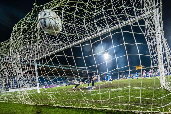 Willem II-keeper Jorn Brondeel heeft geen antwoord op de - omstreden - penalty van PEC Zwolle-invaller Reza Ghoochannejhad.