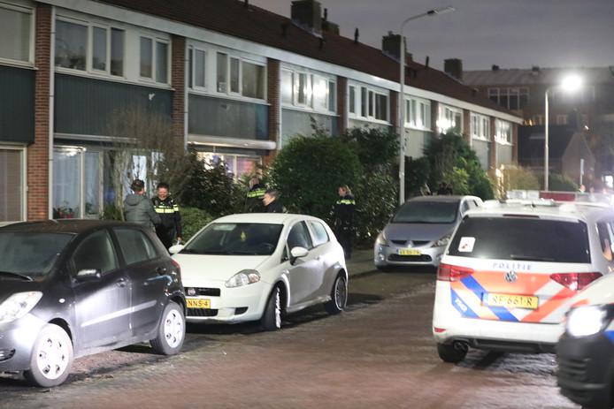 Agenten praatten gisteravond ook met buurtbewoners die hadden gezien dat de man met een mes dreigde in de Boeroestraat in Delft.