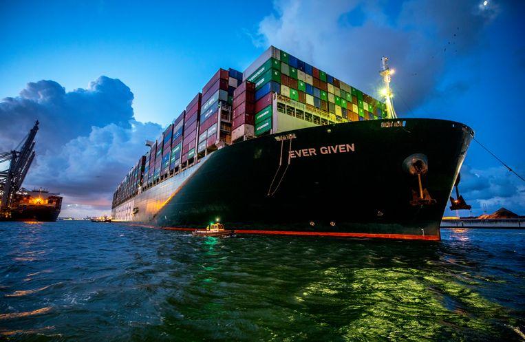 Containerschip Ever Given vaart donderdag in de vroege ochtend de haven van Rotterdam binnen. Beeld Raymond Rutten / de Volkskrant