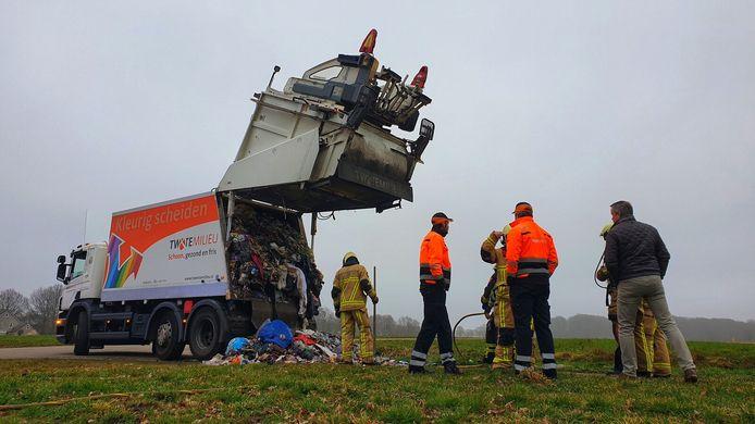 Nabij een weiland is het afval uit de wagen gehaald en kon het vuur door de brandweer worden geblust.