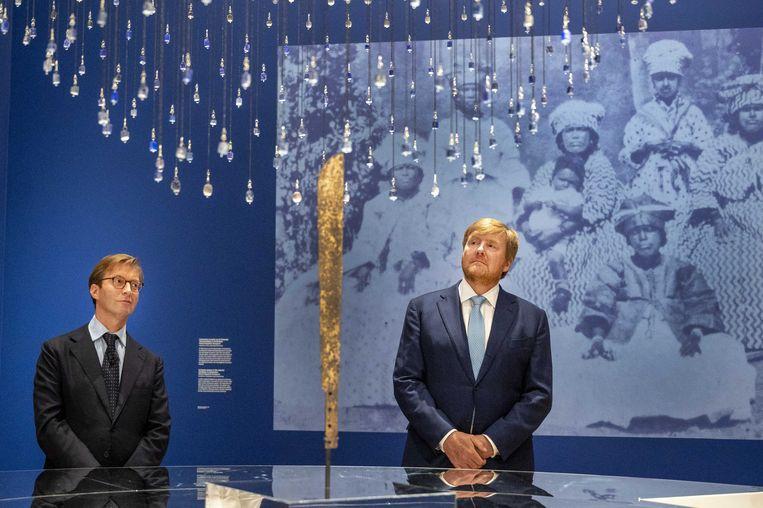 Koning Willem-Alexander kijkt bij de opening van de tentoonstelling Slavernij in het Rijksmuseum op naar de 'blauwe kralen' van Sint Eustatius.  Beeld ANP