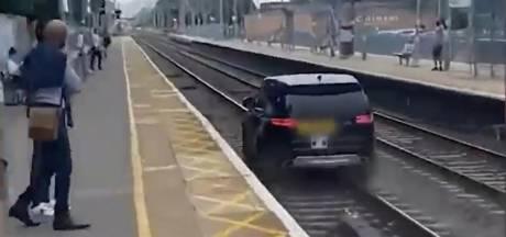 Il roule sur une voie ferrée pour semer la police